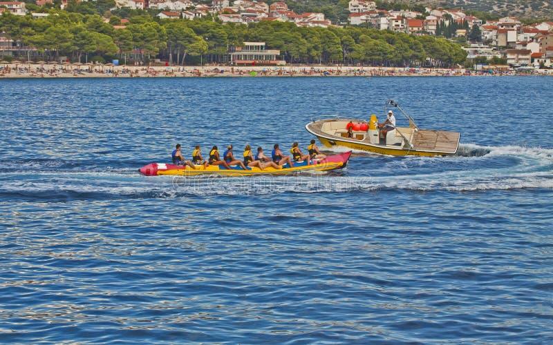 Primosten, Kroatië - de toeristen op een banaanboot sleepten door motor royalty-vrije stock afbeeldingen