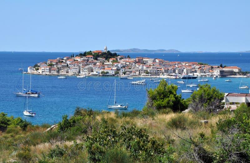 Primosten Petite ville sur l'île Croatie photos libres de droits