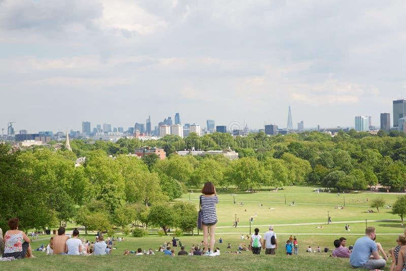 Primulakulleöverkant med London stadssikt och folk royaltyfria foton