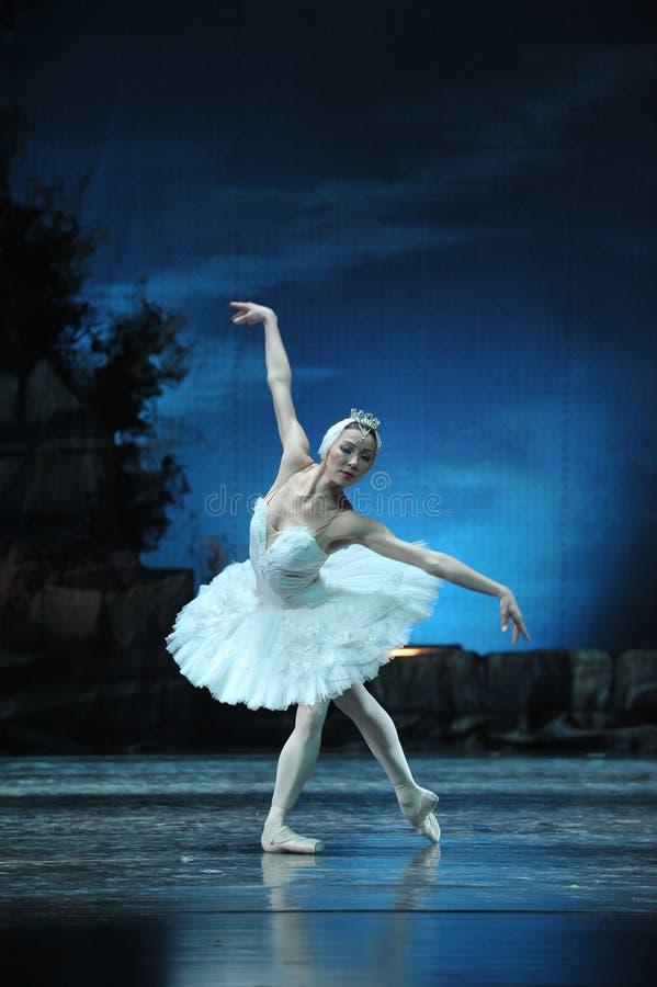 Primy balerina Gapi się przy odbiciem w wodzie zdjęcia royalty free