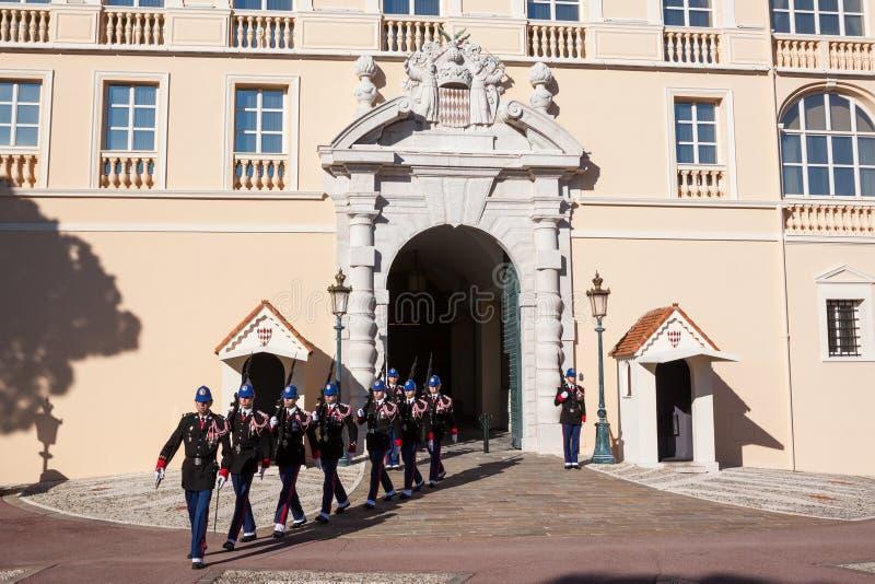 Prince's pałac Monaco podczas odmieniania strażnik obrazy royalty free