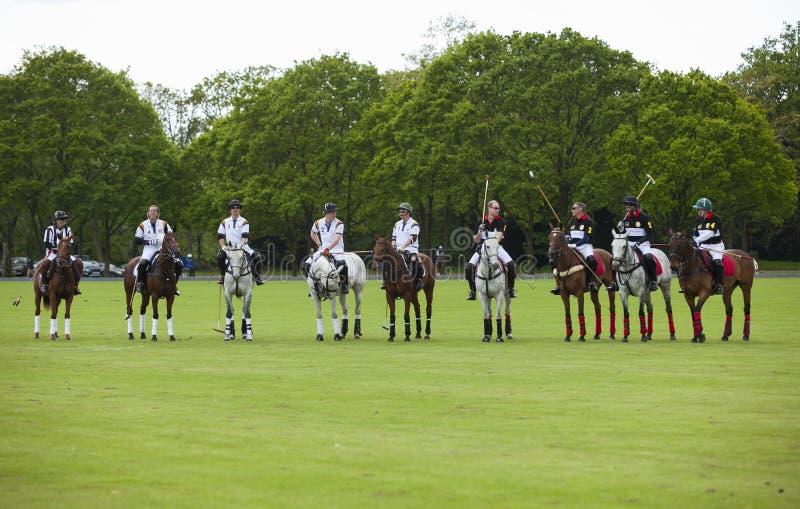 Prince William de HRH et prince Harry de HRH de service pour le match de polo image stock