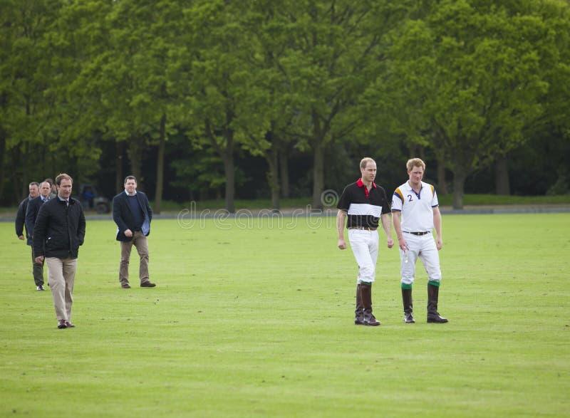 Prince William de HRH et prince Harry de HRH de service pour le match de polo photographie stock