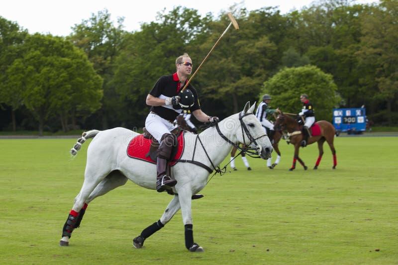 Prince William de service pour le match de polo images stock