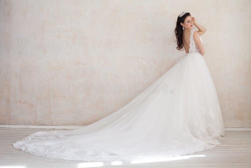 Princesa Bride em um vestido de casamento que está em uma sala do vintage foto de stock