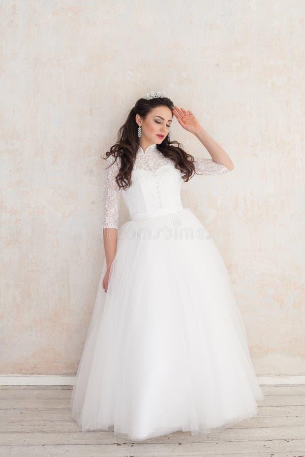 Princesa Bride no vestido de casamento branco no casamento foto de stock