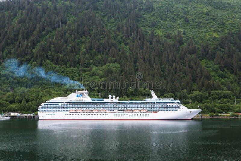 Princesa Cruise Ship en las montañas verdes fotografía de archivo libre de regalías