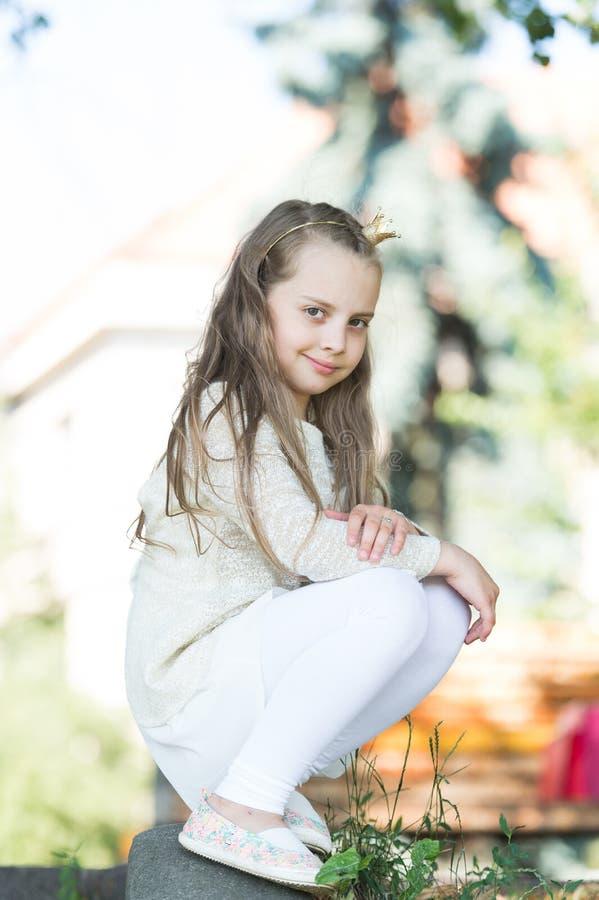 A princesa da menina com pouca coroa olha bonito Conceito da princesa Menina da princesa com cabelo longo na roupa branca Criança foto de stock