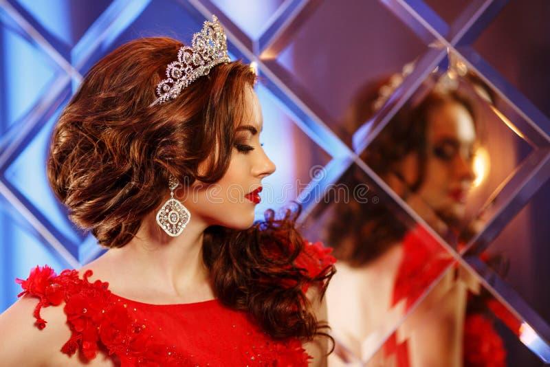 Princesa da rainha da mulher na coroa e no vestido do lux, backgr do partido das luzes fotos de stock royalty free