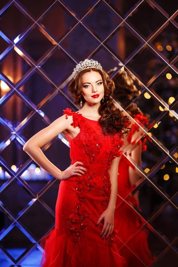 Princesa da rainha da mulher na coroa e no vestido do lux, backgr do partido das luzes imagens de stock royalty free