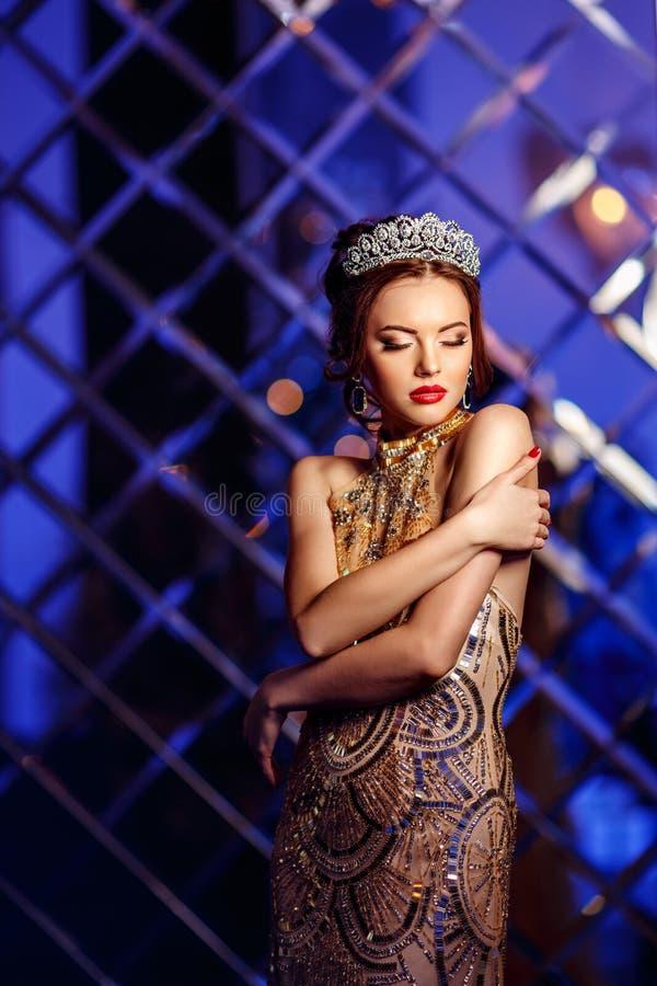 Princesa da rainha da mulher na coroa e no vestido do lux, backgr do partido das luzes foto de stock royalty free