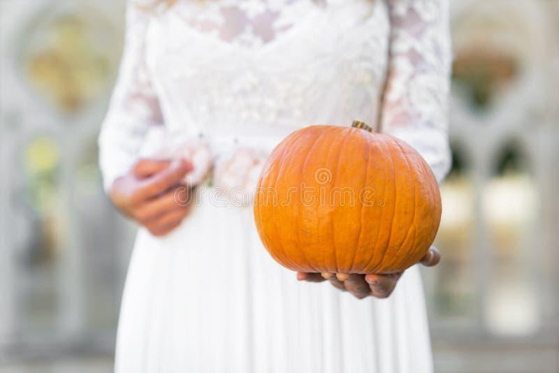 Princesa de Cinderella que guarda a abóbora em suas mãos Conceito do conto de fadas foto de stock
