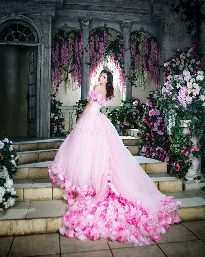 Princesa de flores, modelo de moda del misterio en jardín Primavera imagenes de archivo