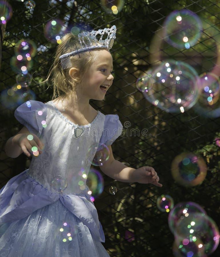 Princesa de la muchacha del cumpleaños con las burbujas imagenes de archivo