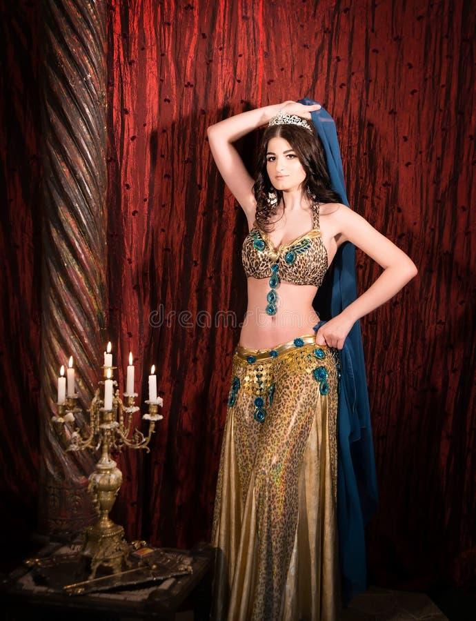 Princesa del este con la corona Mujer atractiva, sensual en palacio de lujo imagenes de archivo