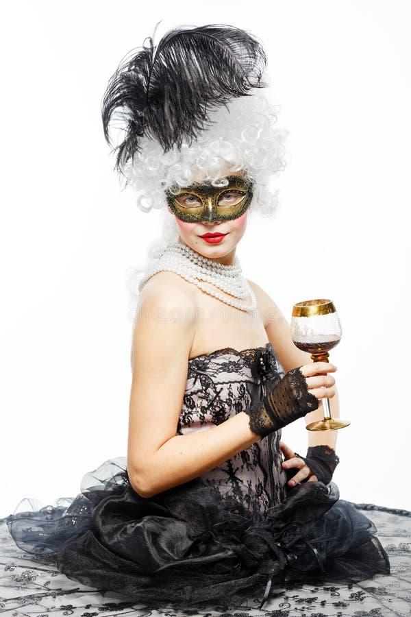 Princesa em um vestido preto com um vidro do vinho. imagens de stock royalty free