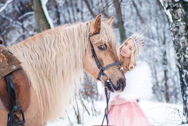 Princesa en corona con el caballo en invierno Cuento de hadas Fanatsy romántico foto de archivo