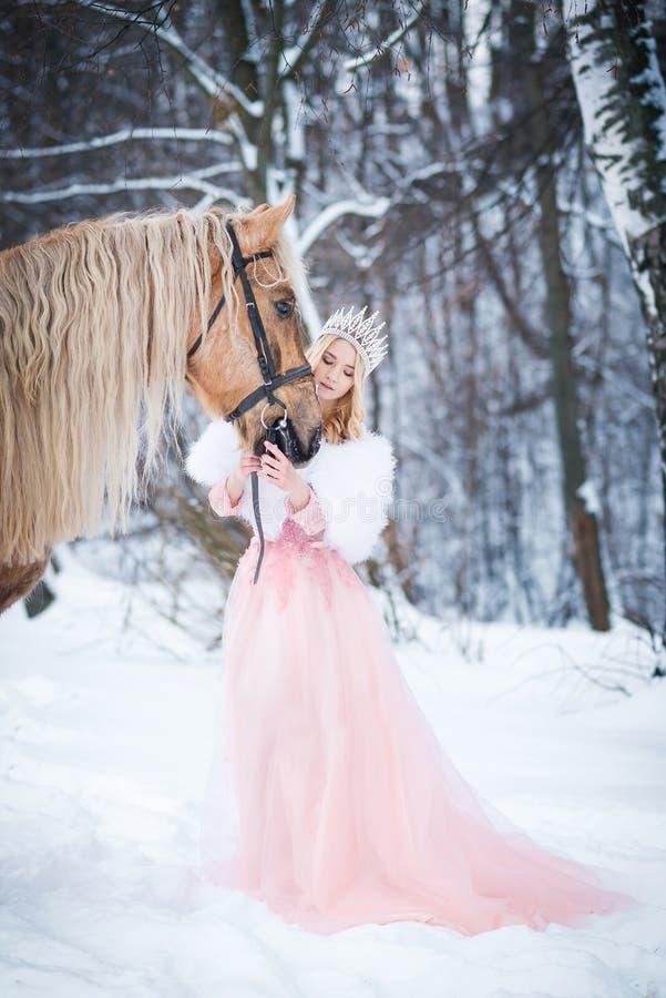 Princesa en corona con el caballo en invierno Cuento de hadas Fanatsy romántico imágenes de archivo libres de regalías