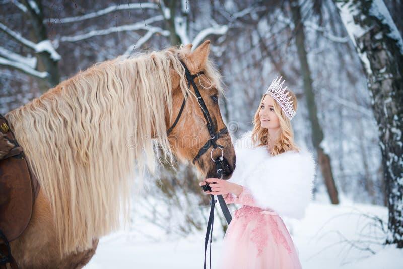 Princesa en corona con el caballo en invierno Cuento de hadas Fanatsy romántico imagenes de archivo