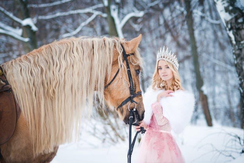 Princesa en corona con el caballo en invierno Cuento de hadas Fanatsy romántico fotos de archivo