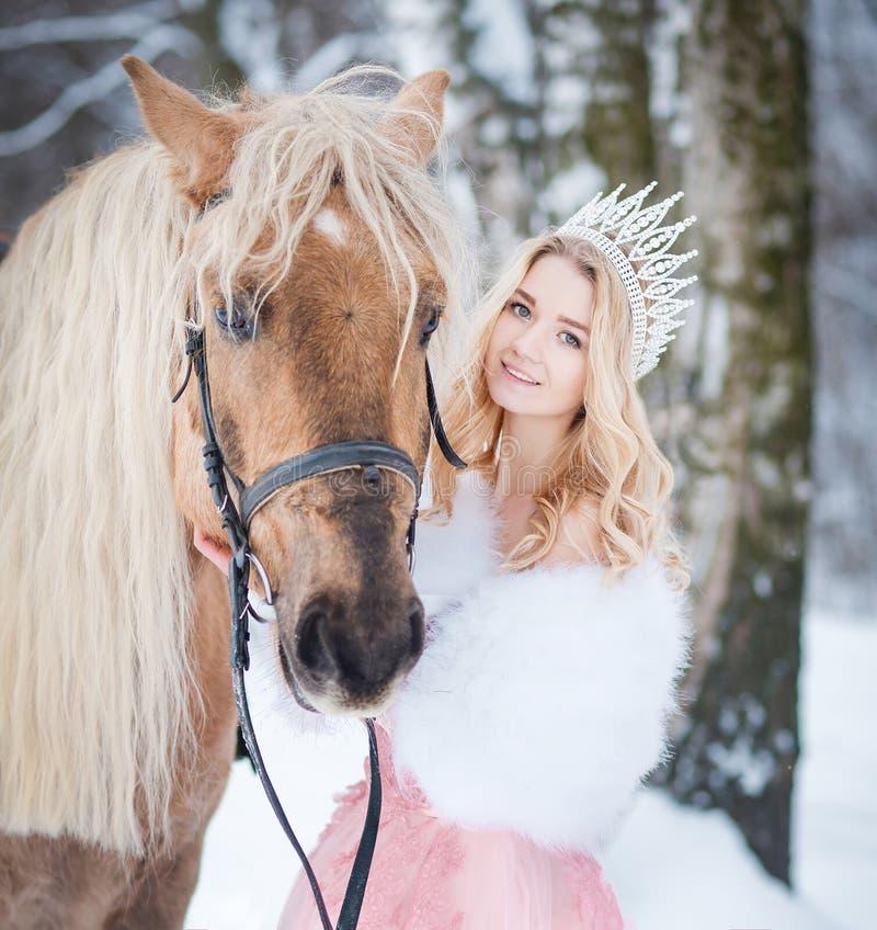 Princesa en corona con el caballo en invierno Cuento de hadas Fanatsy romántico fotografía de archivo libre de regalías