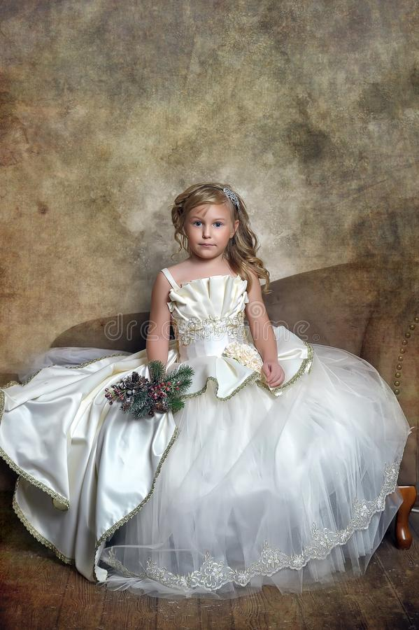 princesa en un vestido blanco elegante en la Navidad imagen de archivo