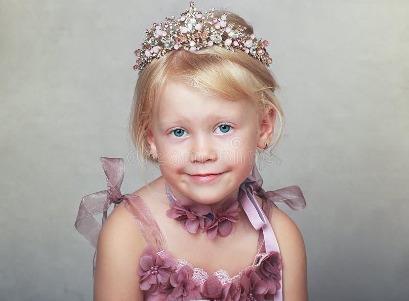 Princesa en vestido rosado fotos de archivo