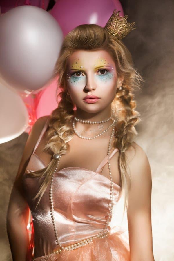 Princesa hermosa con los balones de aire en humo. Cuento de hadas imagen de archivo