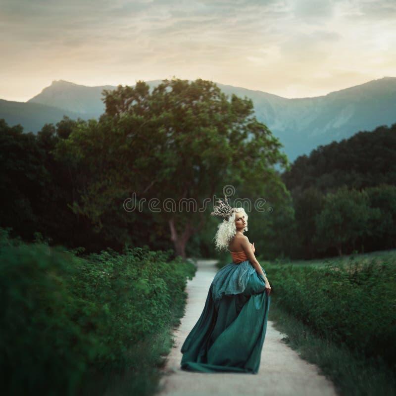 Princesa hermosa en jardín fotografía de archivo libre de regalías
