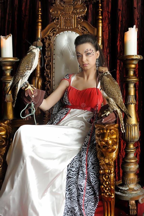 Princesa medieval da fantasia com dois falcões foto de stock