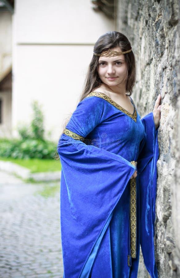 Princesa medieval en la calle imagenes de archivo
