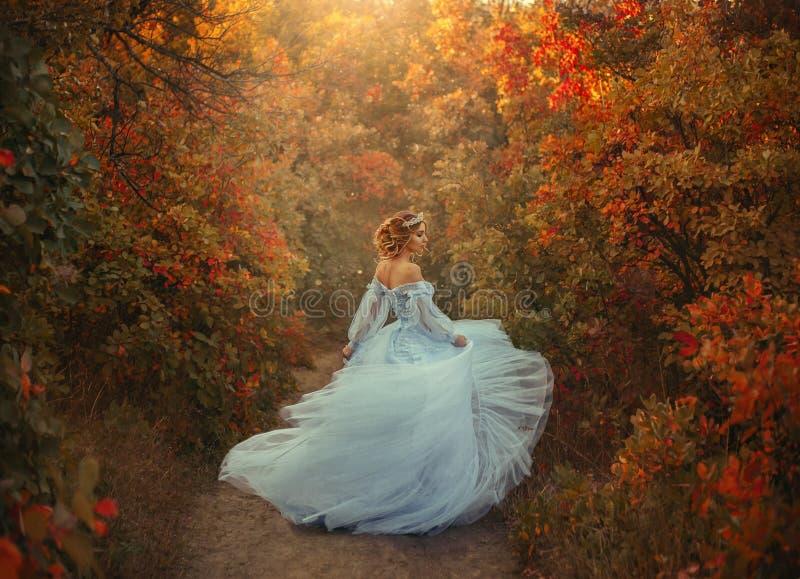 Princesa no jardim do outono imagens de stock royalty free