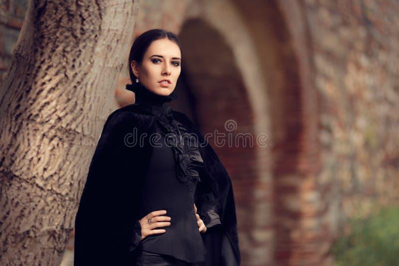 Princesa oscura hermosa en el castillo fotografía de archivo libre de regalías