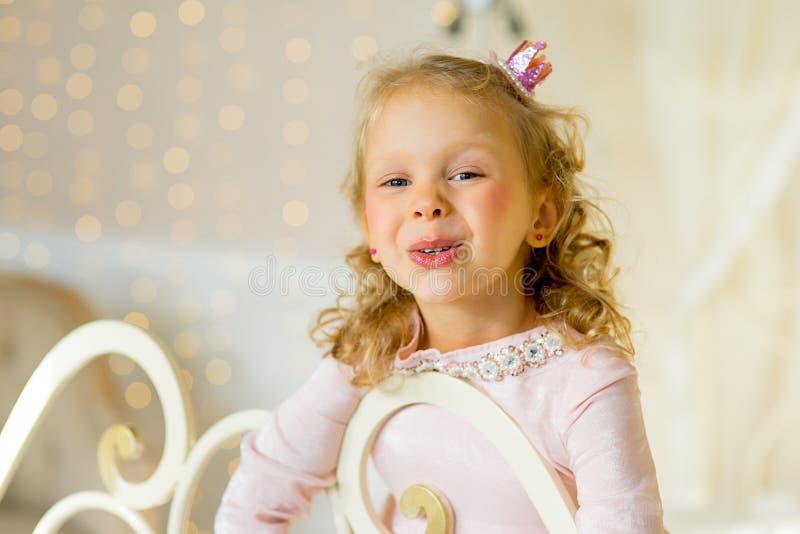 Princesa pequena na cama imagem de stock royalty free