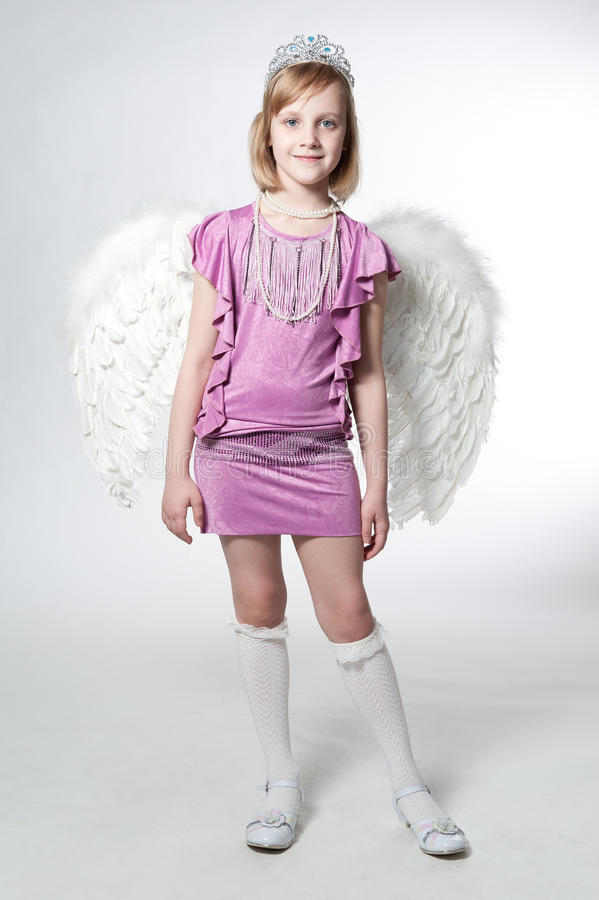 Princesa pequena no vestido e nas asas roxos imagem de stock royalty free