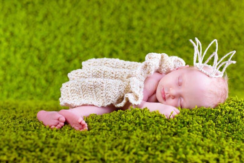 Princesa pequena que dorme no gramado, duas semanas velho fotos de stock royalty free
