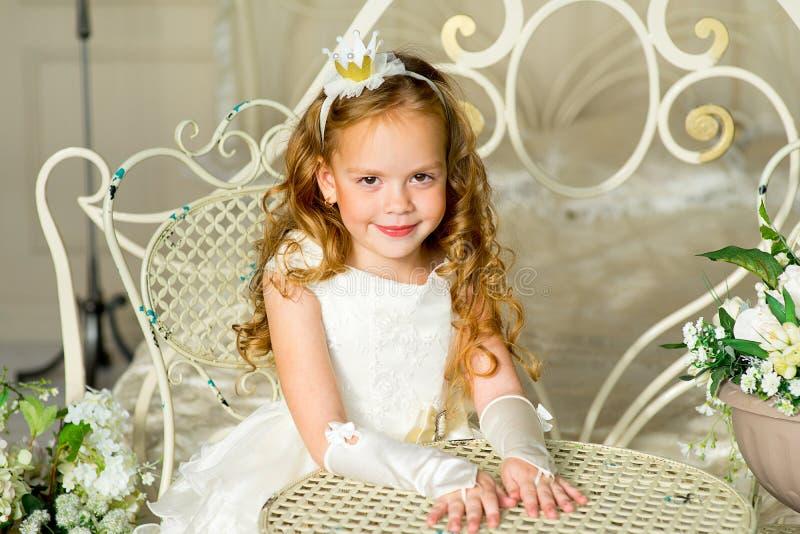 Princesa pequena que senta-se perto da tabela fotografia de stock royalty free