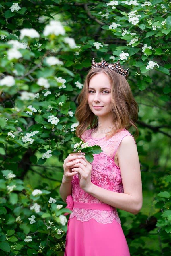 Princesa, reina en jard?n con la corona, al aire libre fotos de archivo