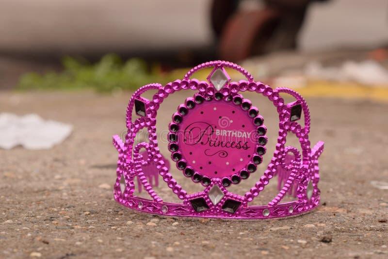 Princesa roxa Crown do aniversário no passeio fotos de stock