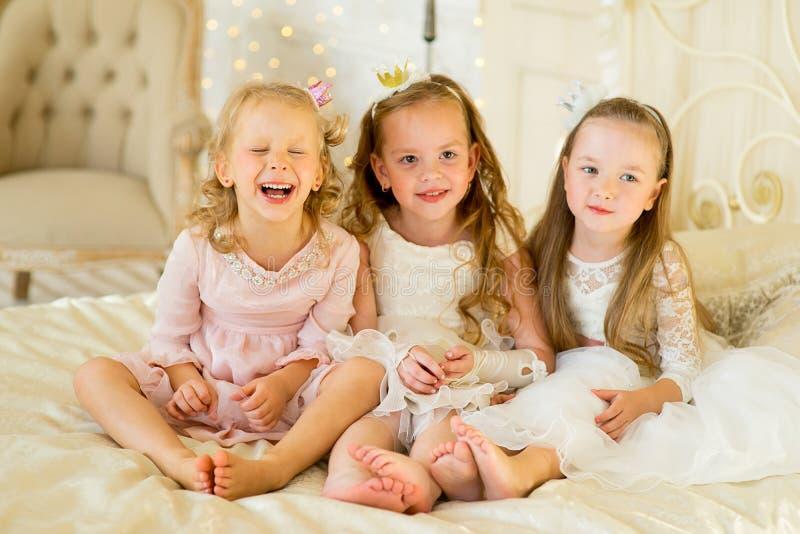 Princesa três pequena na cama fotografia de stock royalty free