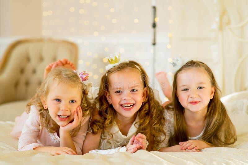 Princesa três pequena na cama foto de stock royalty free