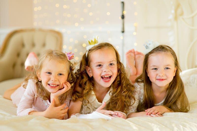 Princesa três pequena na cama imagens de stock