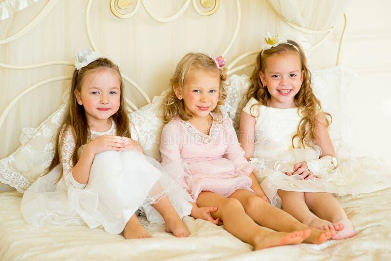 Princesa três pequena na cama foto de stock