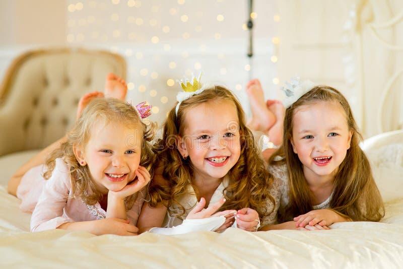 Princesa três pequena na cama imagem de stock royalty free