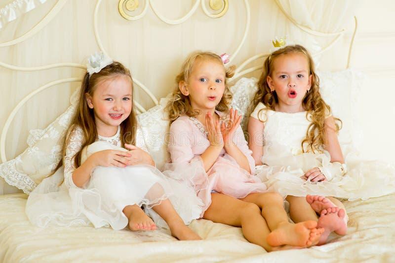 Princesa três pequena na cama imagens de stock royalty free
