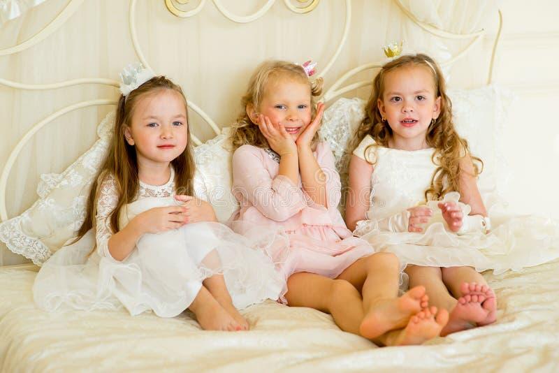 Princesa três pequena na cama fotos de stock
