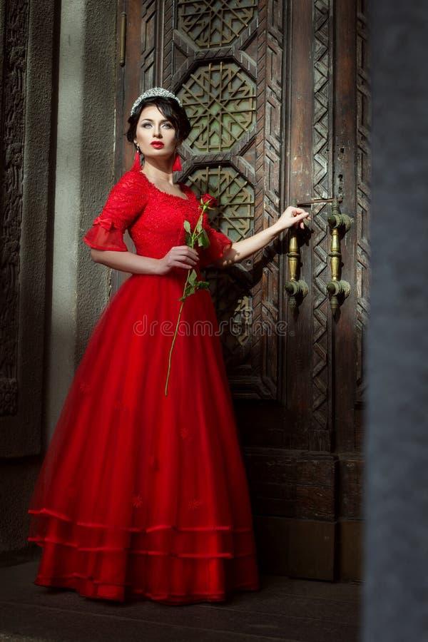 Princess na tle drzwi kasztel zdjęcie royalty free