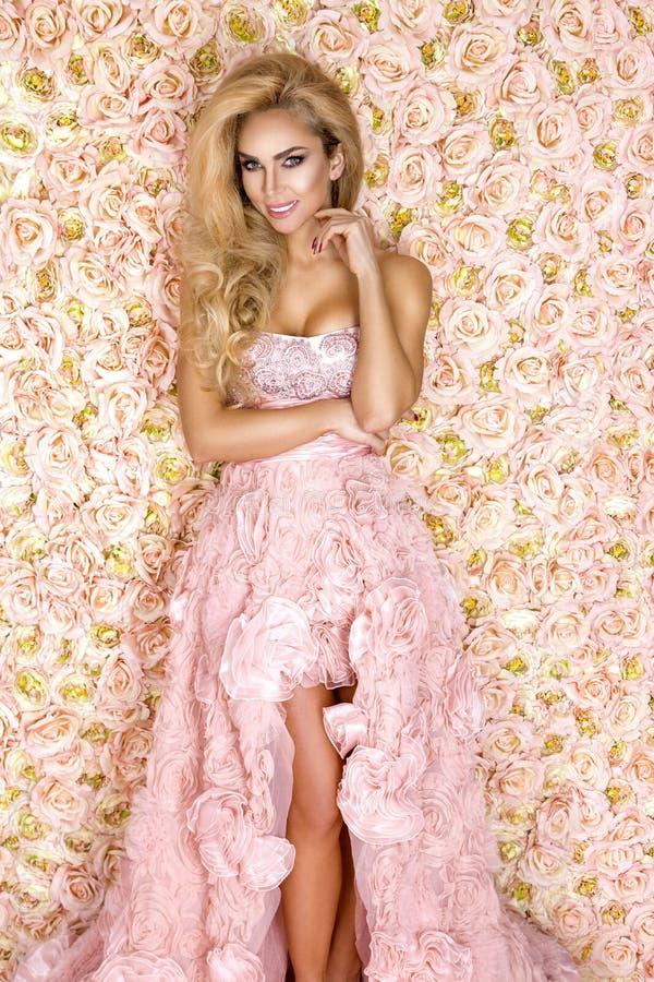 Princess, panna m?oda w r??owej ?lubnej sukni Pi?kna m?oda kobieta - wizerunek fotografia stock