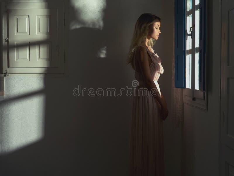 Princess przy okno zdjęcia royalty free