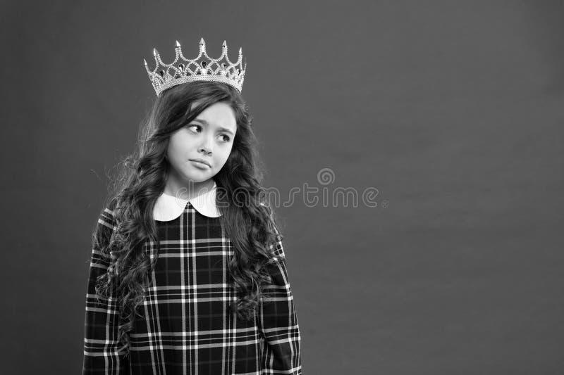 Princess sposoby Dziewczyny odzie?y korony czerwieni t?o Monarchiczny rodzinny poj?cie Monarchiczny atrybut Dzieciak odzie?y z?ot zdjęcie royalty free